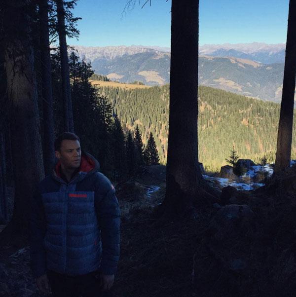 мануэль нойер гуляет по лесу